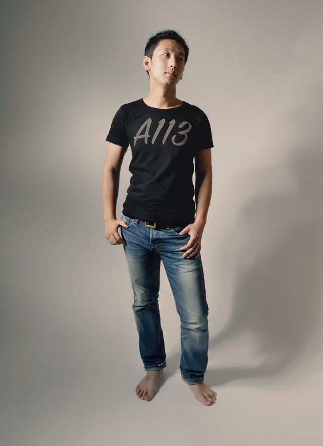 A113と書かれたTシャツを着てポージングする男性の写真