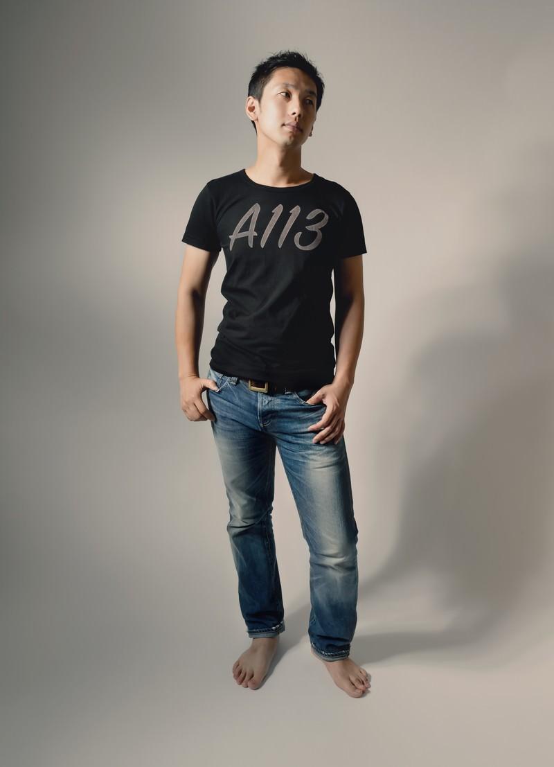 「A113と書かれたTシャツを着てポージングする男性」の写真[モデル:大川竜弥]