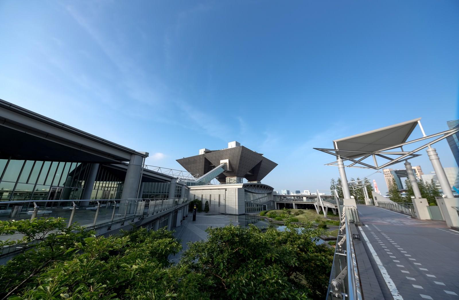 「東京ビッグサイトと青空東京ビッグサイトと青空」のフリー写真素材を拡大