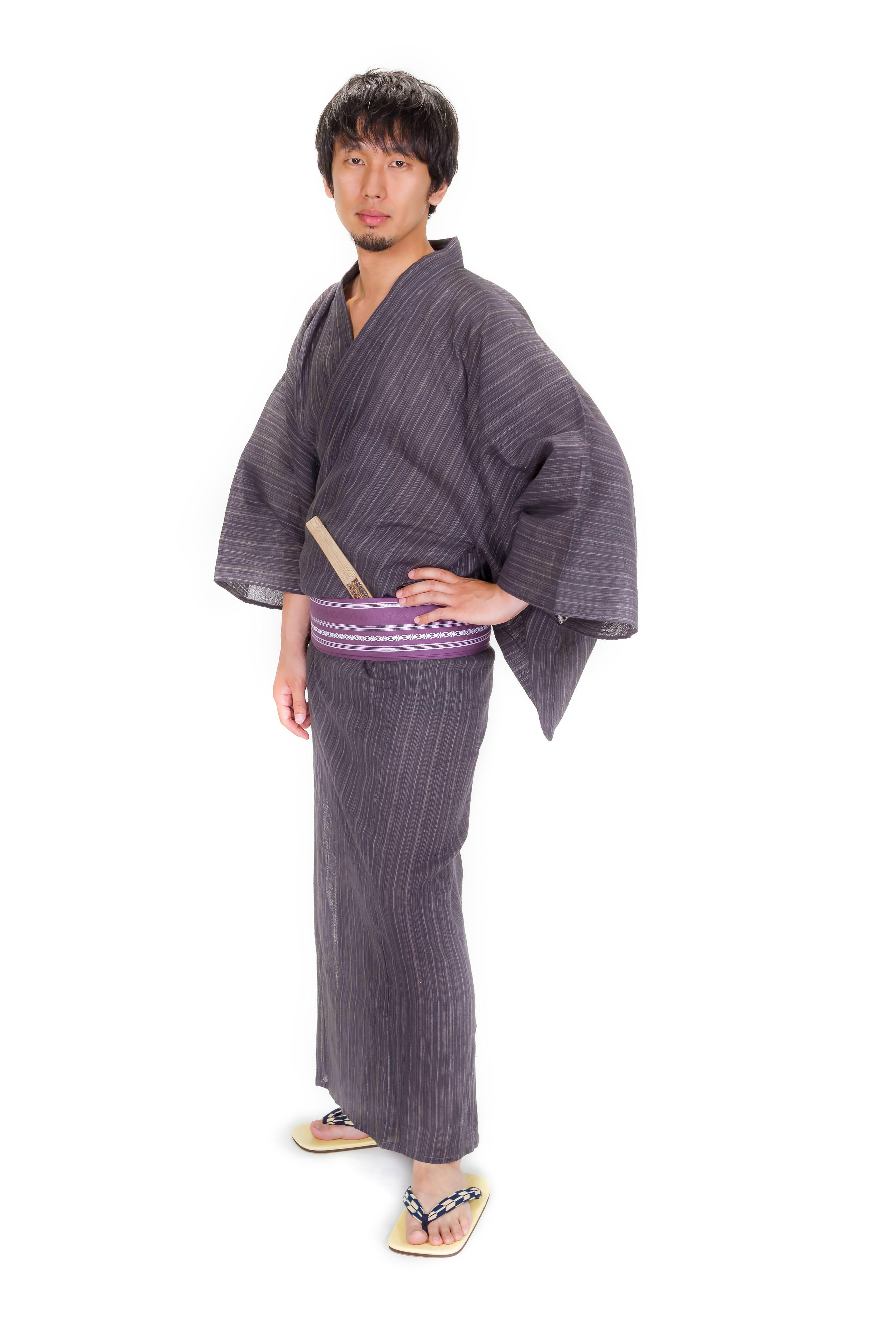 雪駄と浴衣の男性(全身)のフリー画像(写真) モデル:大川竜弥