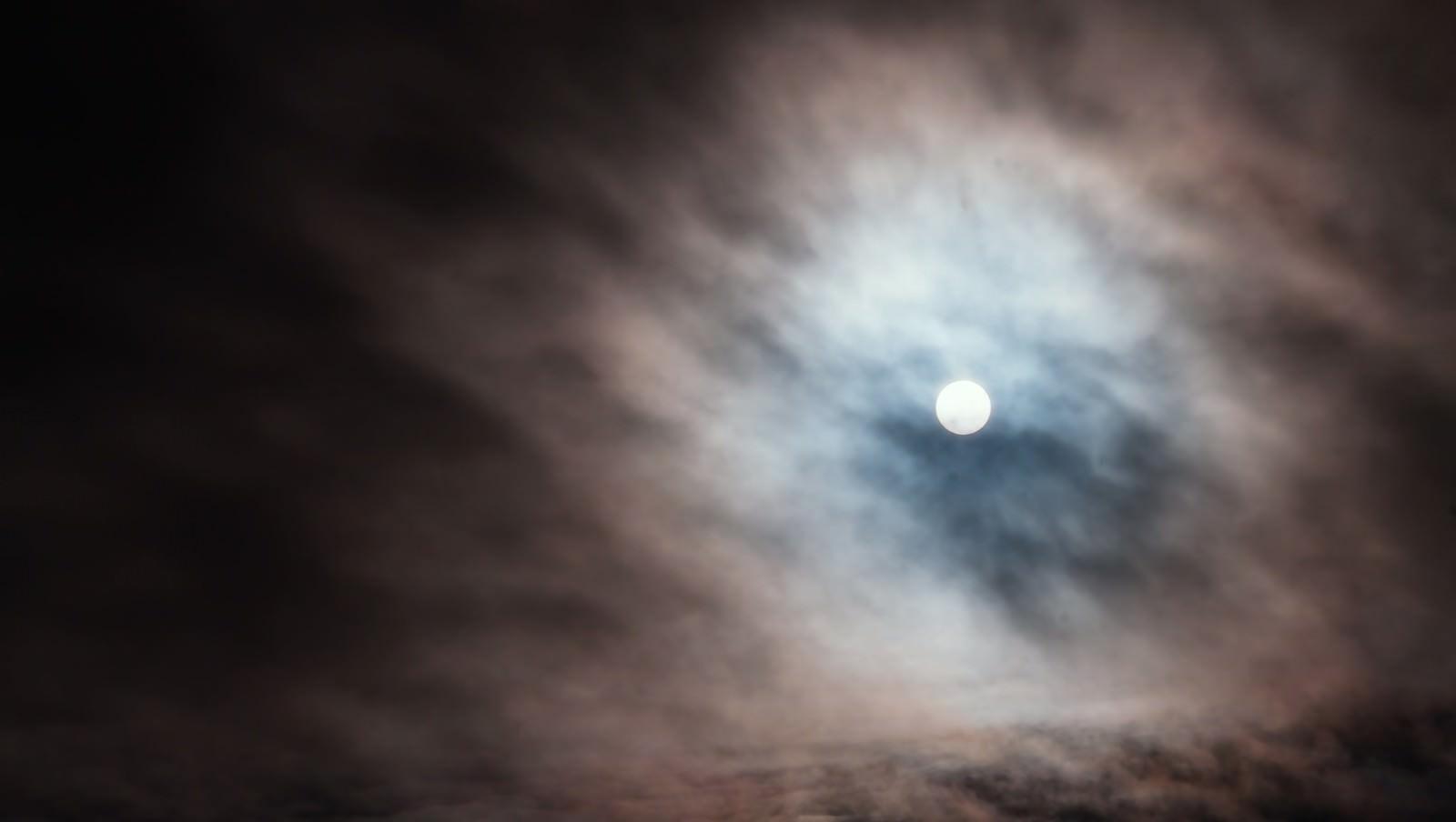 「雲の中から覗く太陽」の写真