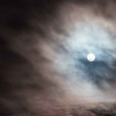 雲の中から覗く太陽の写真