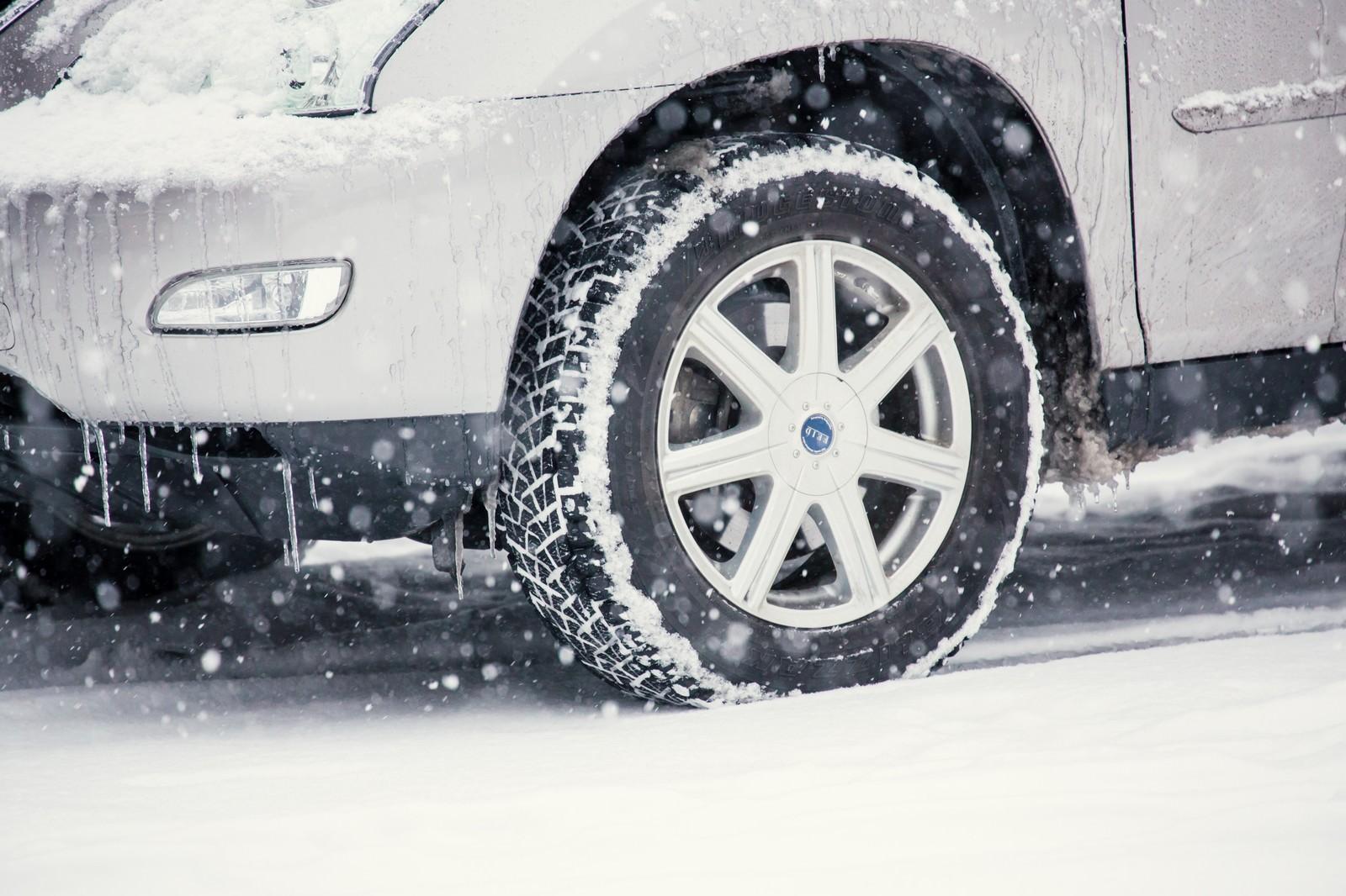 「雪の中の車」の写真