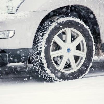 「雪の中の車」の写真素材