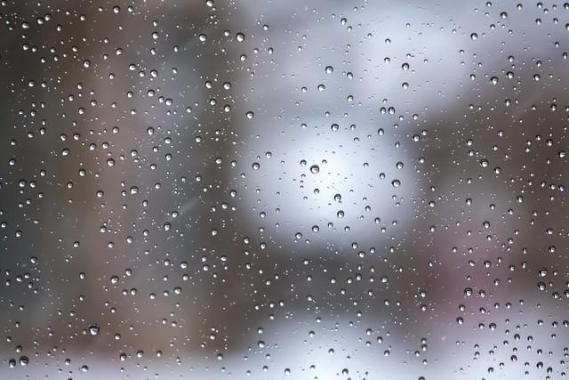 窓の水滴と雨(テクスチャー)の写真