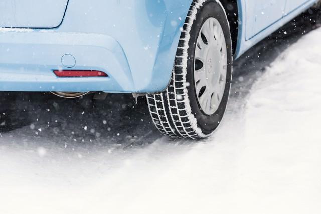 雪道と車のスタッドレスタイヤ