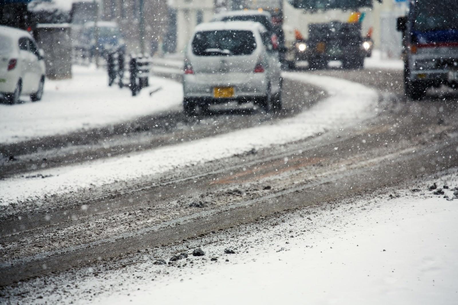 「雪が降り始める道路雪が降り始める道路」のフリー写真素材を拡大