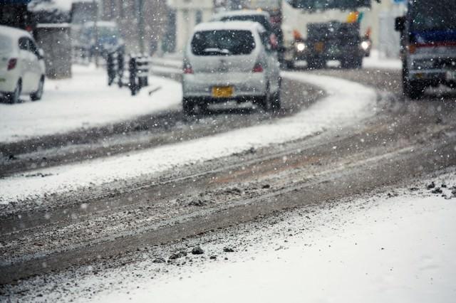 雪が降り始める道路の写真