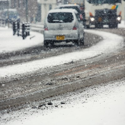 「雪が降り始める道路」の写真素材