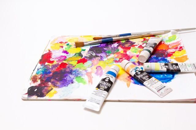 絵具とパレット筆の写真