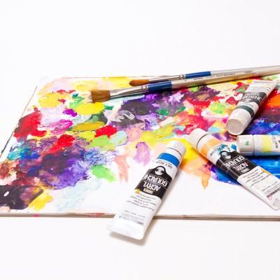 「絵具とパレット筆」の写真素材