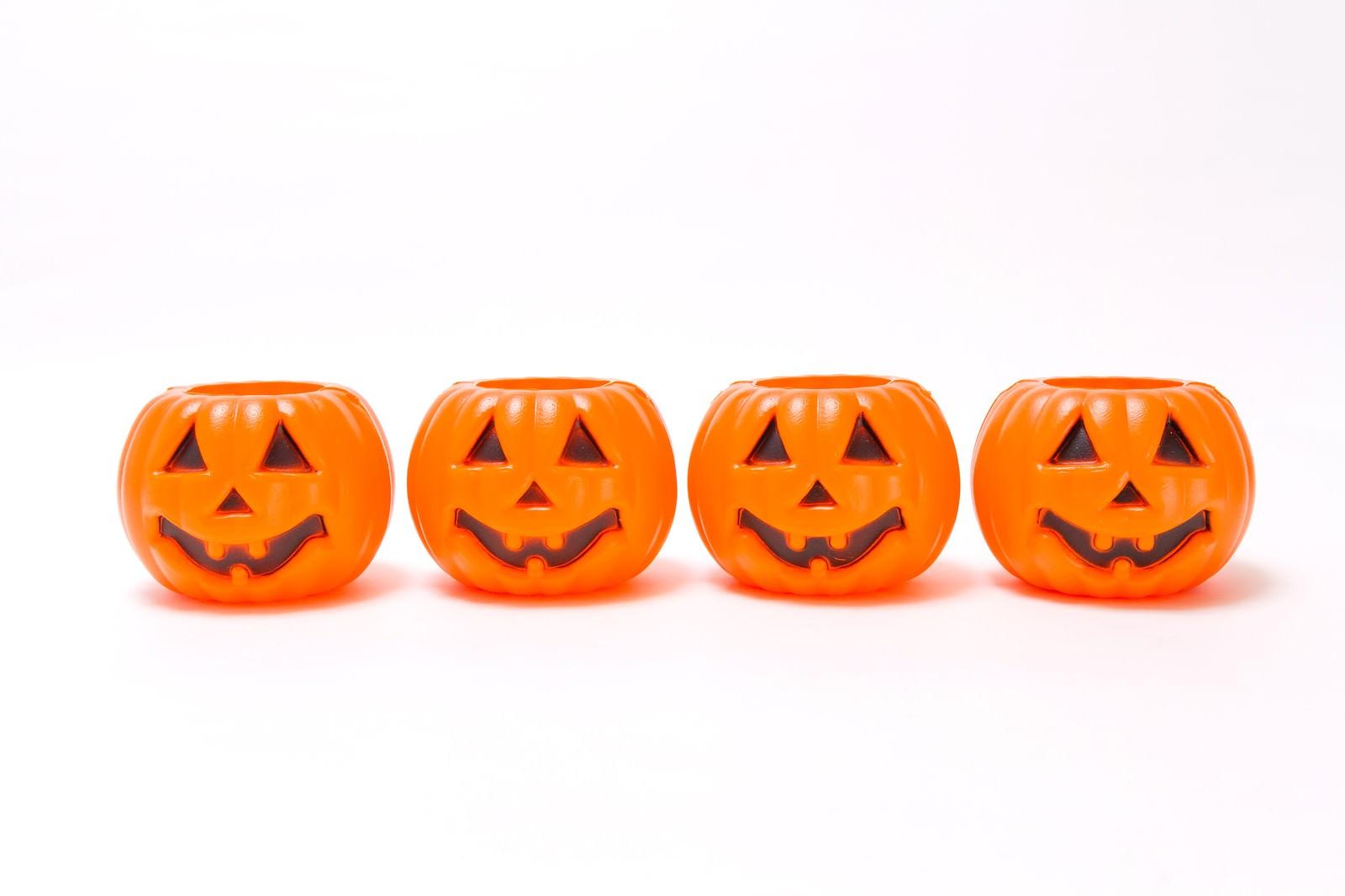 「一列に並んだハロウィンかぼちゃ」の写真