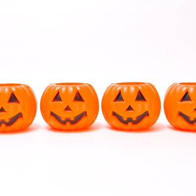 一列に並んだハロウィンかぼちゃの写真