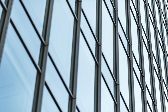 オフィスビルの窓の写真