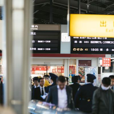 新幹線ホームの人混みの写真