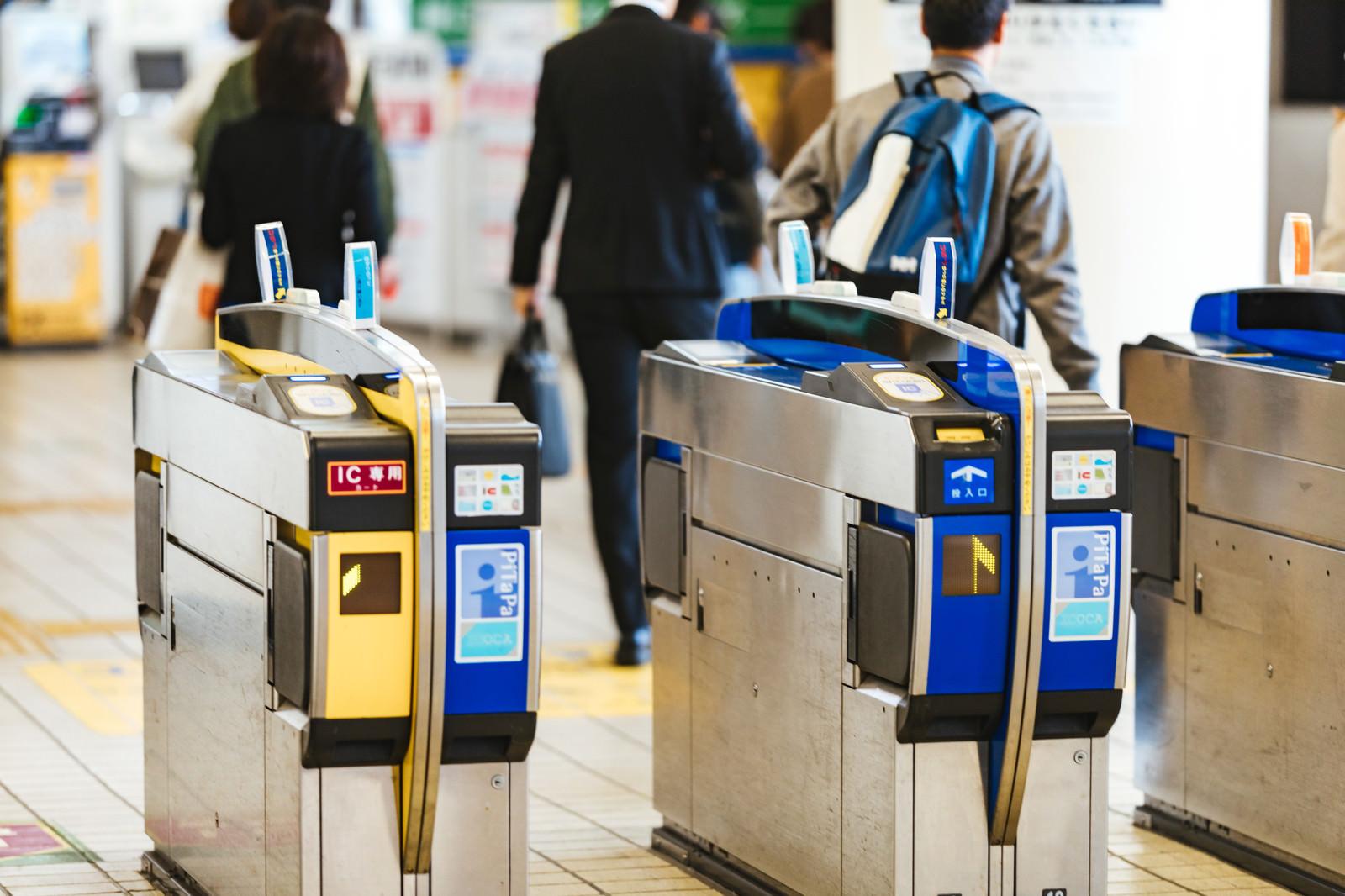 「駅の自動改札」の写真