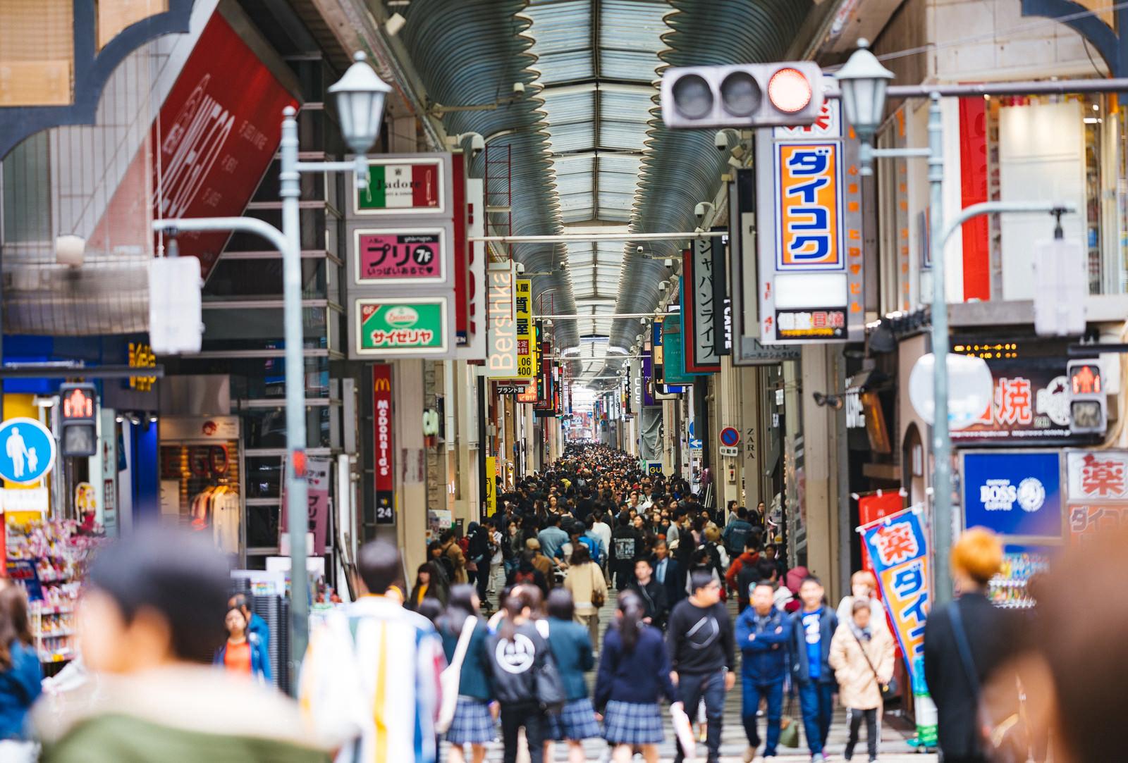 「心斎橋筋商店街の人混み」の写真