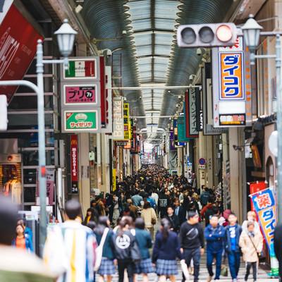 心斎橋筋商店街の人混みの写真