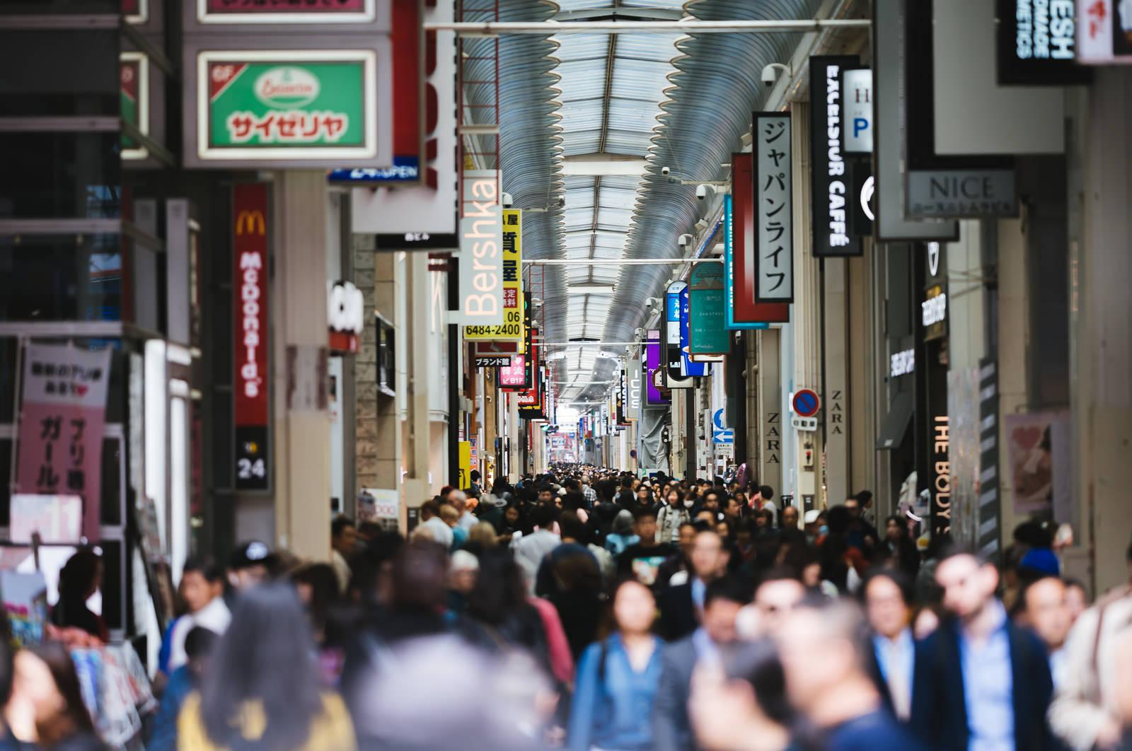 「混雑する心斎橋筋商店街」の写真