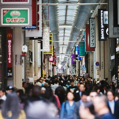 混雑する心斎橋筋商店街の写真