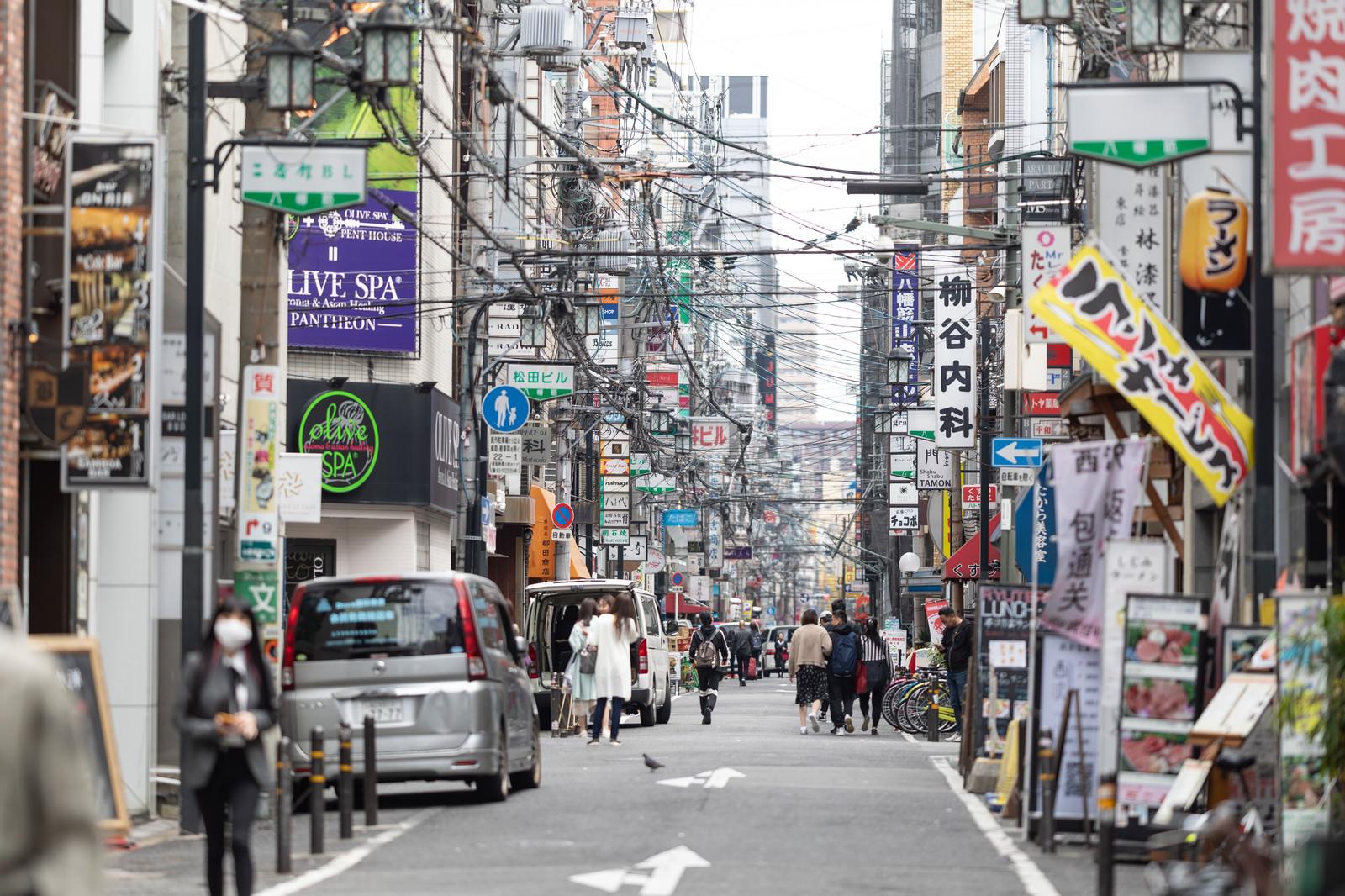 「電線の多い宗右衛門町通り」の写真