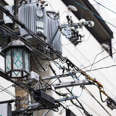 繁華街の電柱と電線の写真