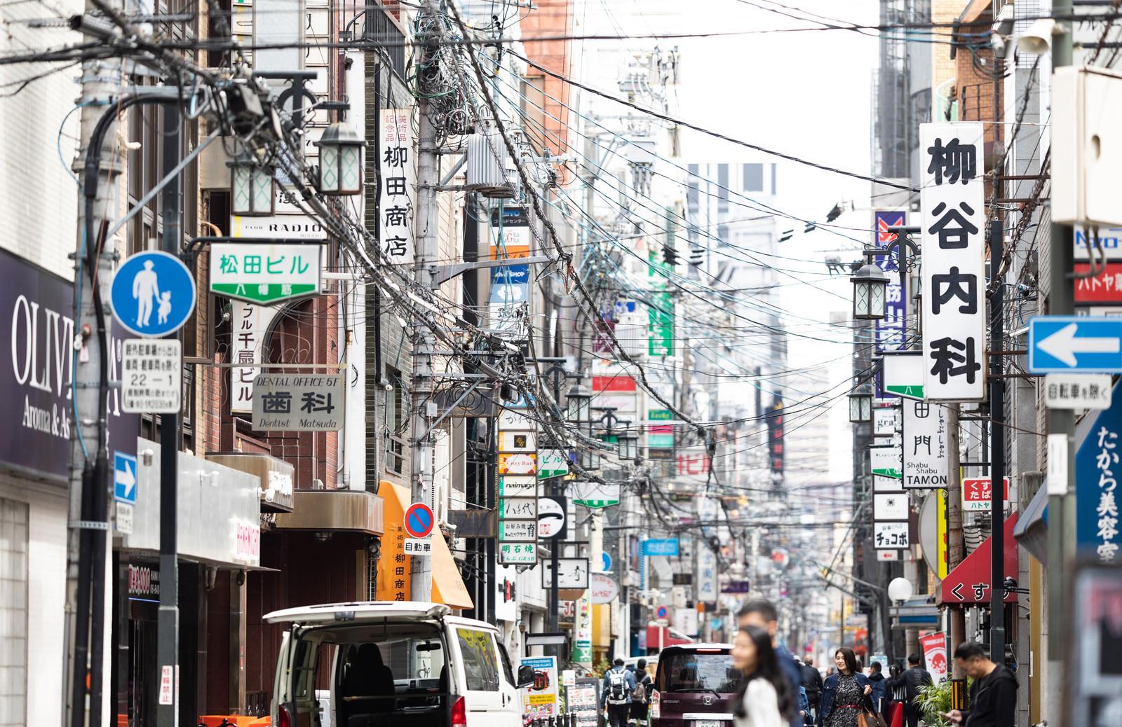 「電線の量が多い心斎橋の歓楽街」の写真
