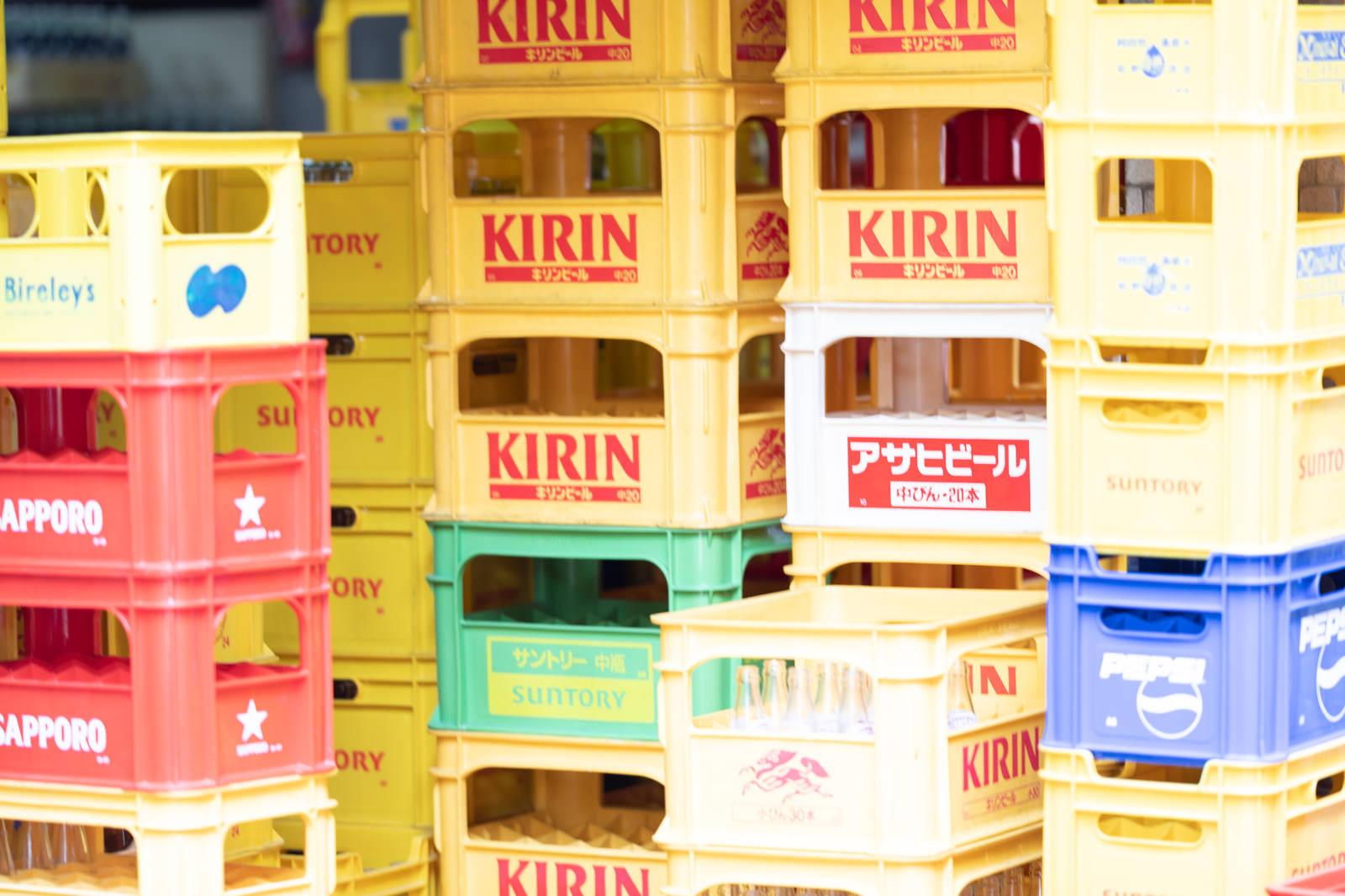 「酒屋の積まれた空きのビールケース」の写真
