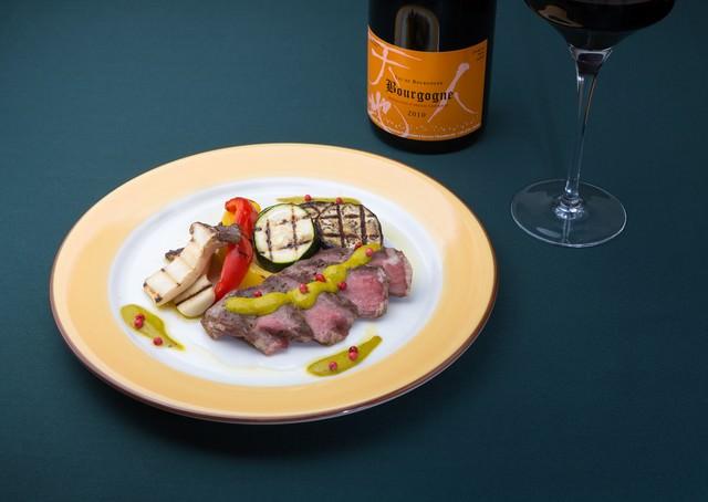イベリコベジョータのグリーンマスタードソースと赤ワイン(フランス)の写真