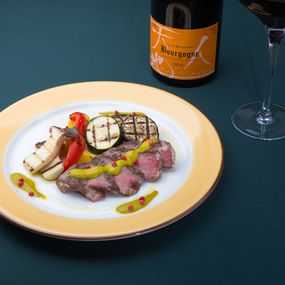 「イベリコベジョータのグリーンマスタードソースと赤ワイン(フランス)」の写真素材