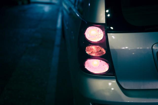 雨の日の車のテールランプの写真