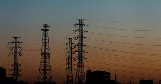 朝焼けと送電線の写真