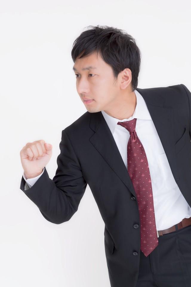 走るビジネスマンの写真