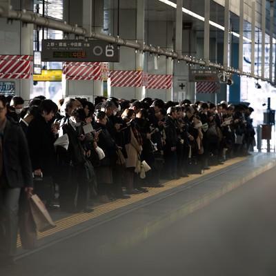 「通勤時のラッシュ:社畜の安寧」の写真素材