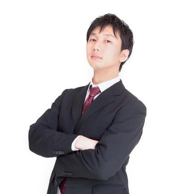 「腕を組むビジネスマン」の写真素材