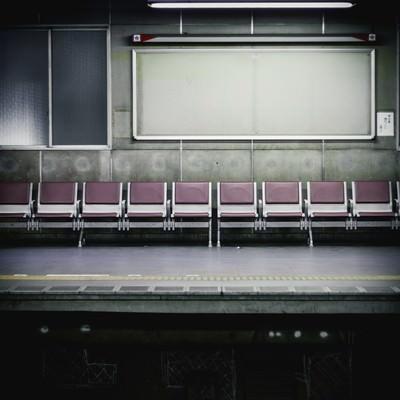 「不気味な駅のベンチとホーム」の写真素材