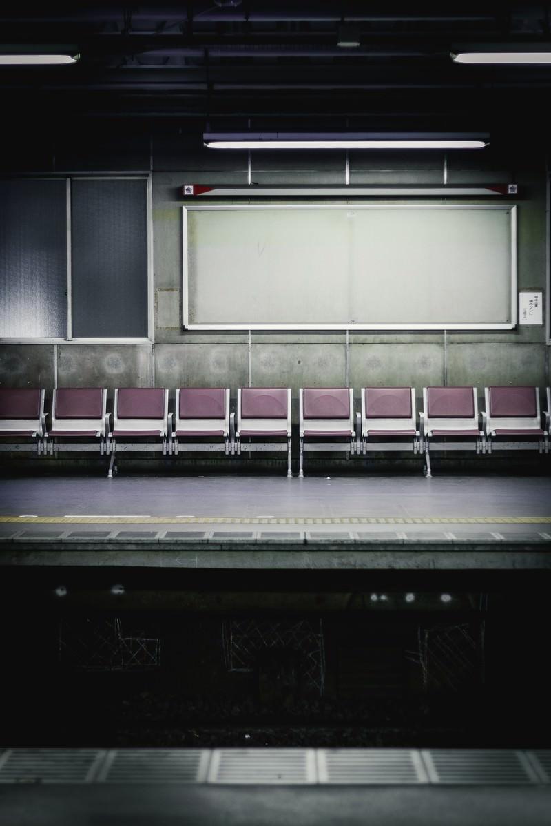 「不気味な駅のベンチとホーム」の写真