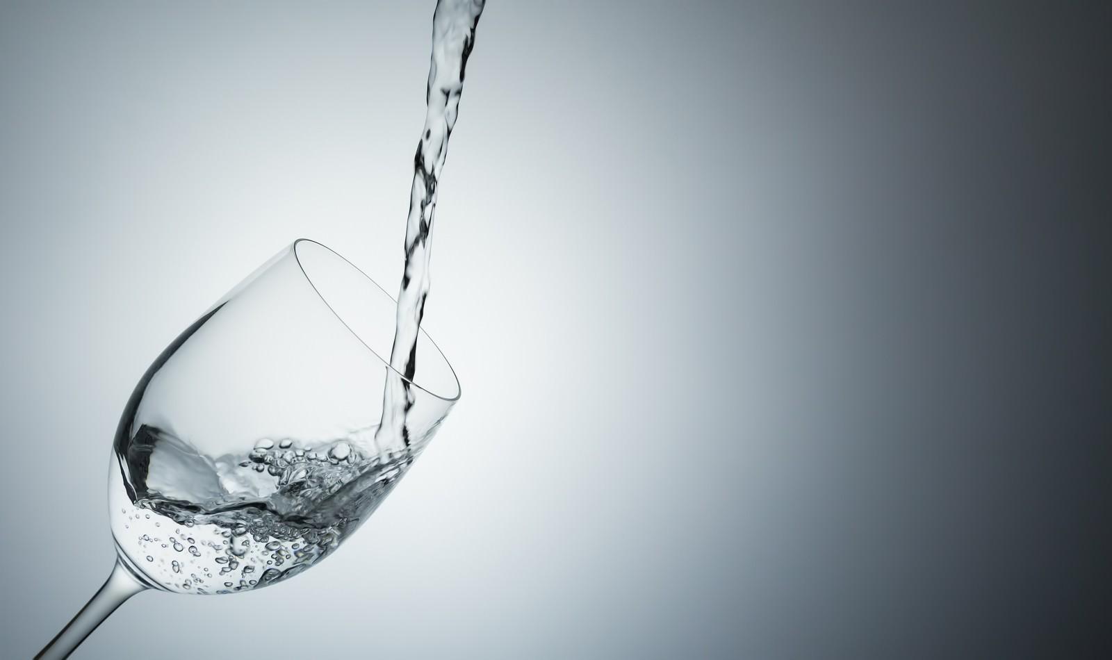 「グラスに注がれるミネラルウォーターグラスに注がれるミネラルウォーター」のフリー写真素材を拡大