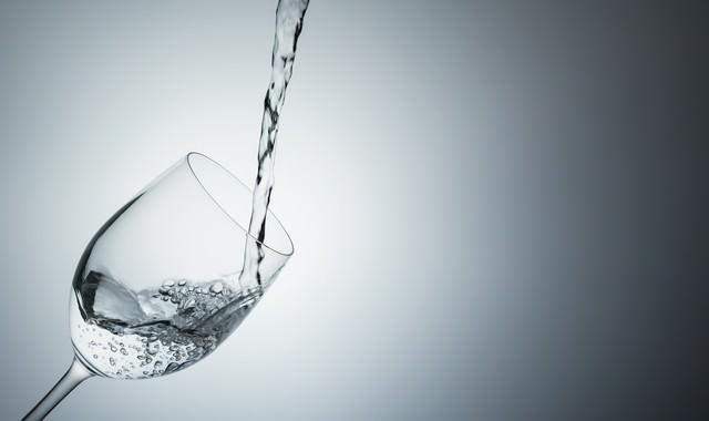 グラスに注がれるミネラルウォーターの写真