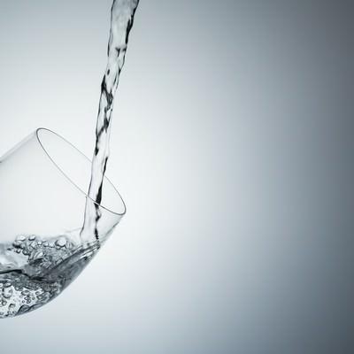 「グラスに注がれるミネラルウォーター」の写真素材