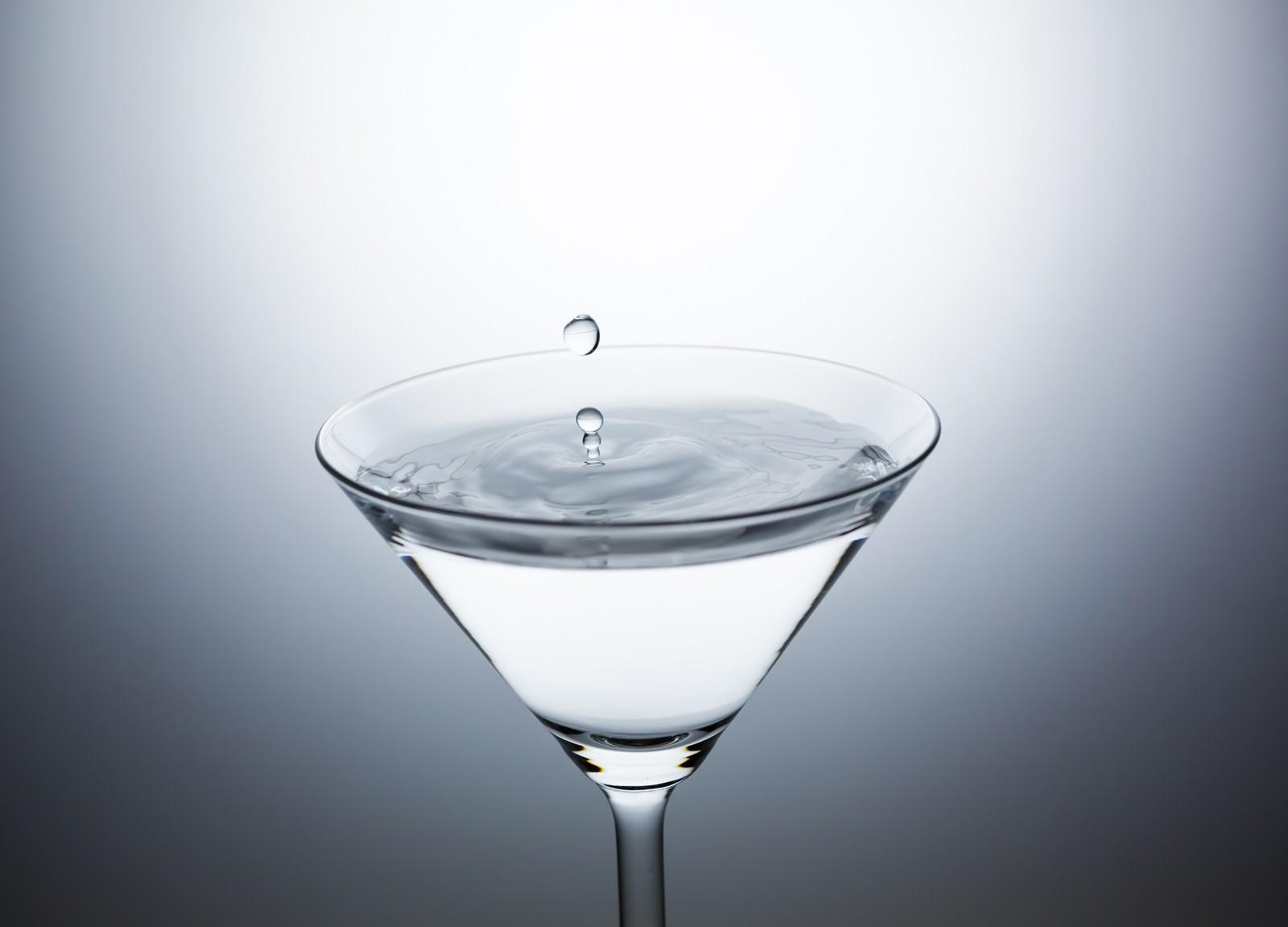 「カクテルグラスに水滴ぴちょん」の写真