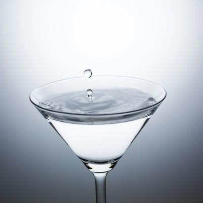 「カクテルグラスに水滴ぴちょん」の写真素材
