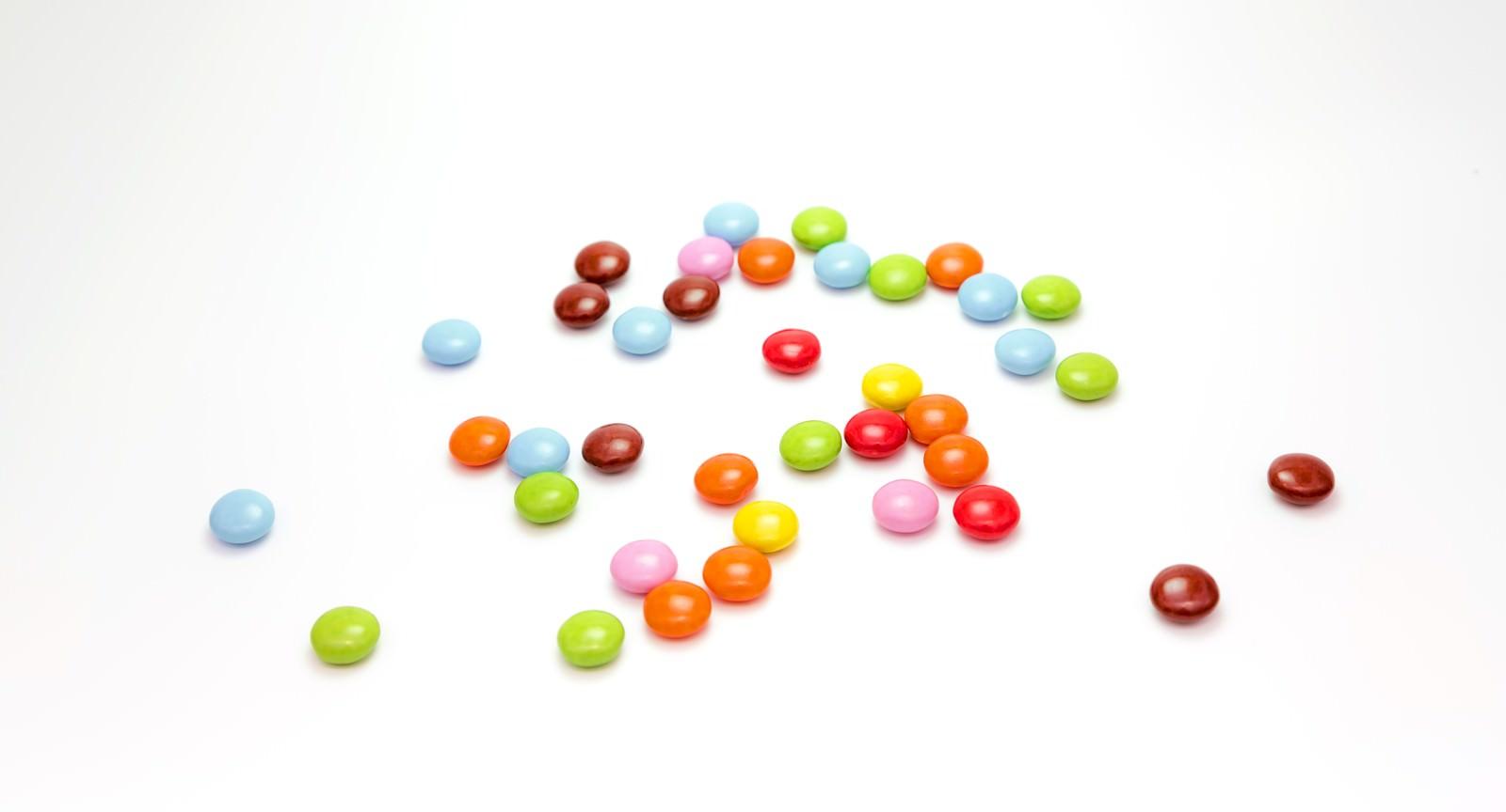 「散らばったマーブルチョコレート」の写真