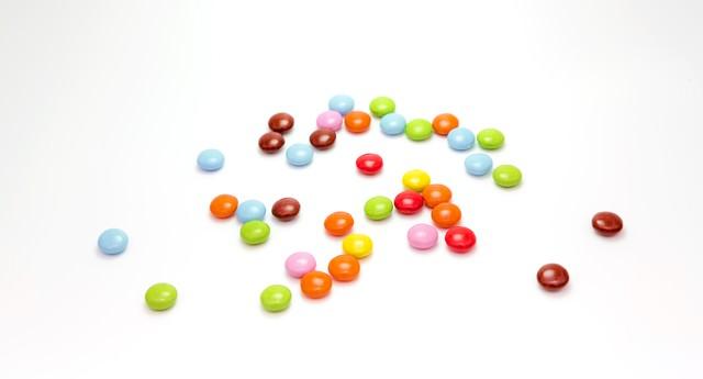 散らばったマーブルチョコレートの写真