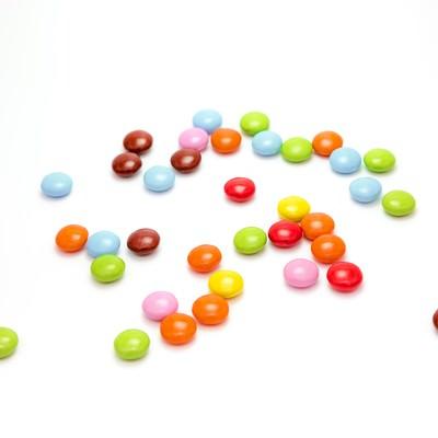 「散らばったマーブルチョコレート」の写真素材
