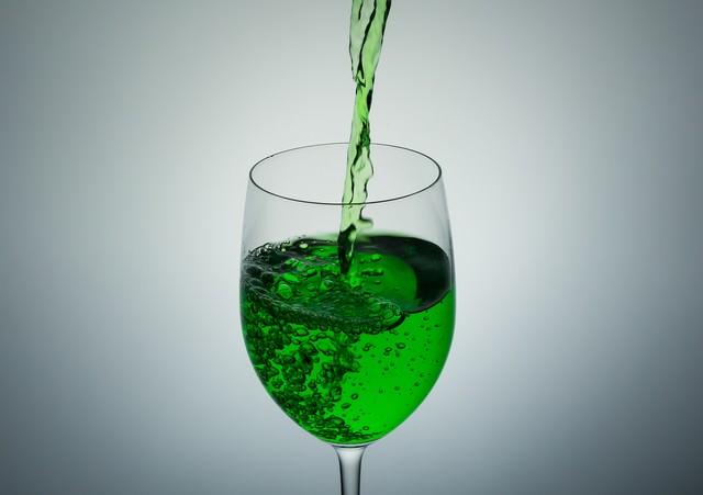 グラスに入れる緑の液体(ポイズン)の写真