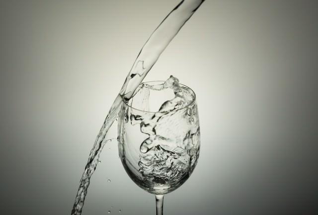 グラスに水入れようと失敗!の写真
