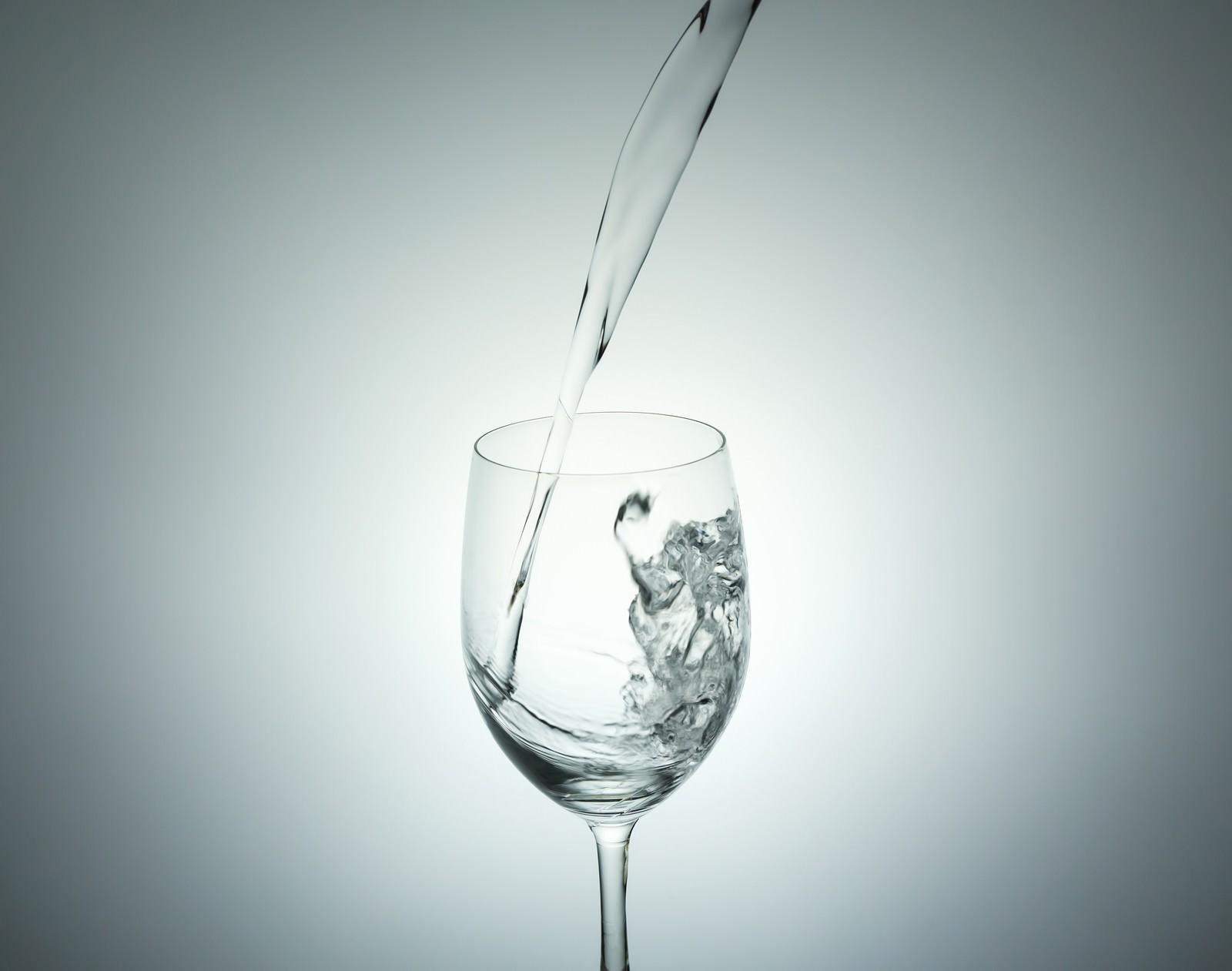 「ミネラルウォーターをグラスに注ぐ」の写真
