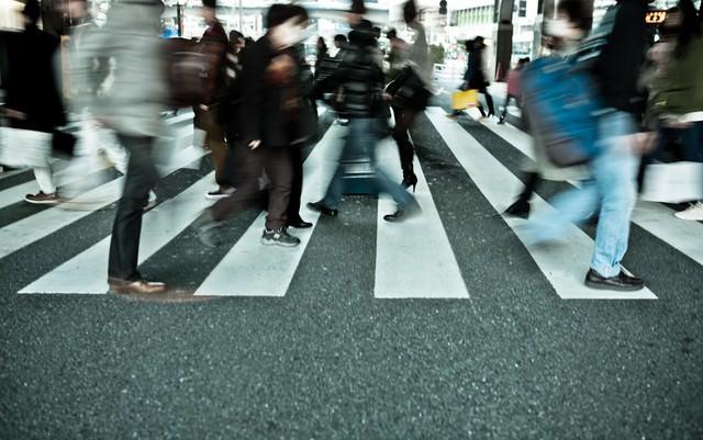 横断歩道、行き交う人達の写真