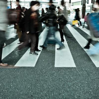 「横断歩道、行き交う人達」の写真素材